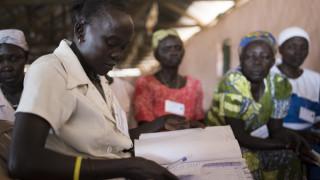 Awate, die durch den Konflikt im Südsudan vertrieben wurde, nimmt an einem Treffen von Women for Women International teil. Foto: Charles Atiki Lomodong