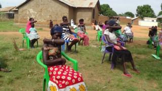 Programmteilnehmerinnen im Süd-Sudan üben, wie sie in Zeiten von COVID-19 am hygienischsten husten und niesen können.