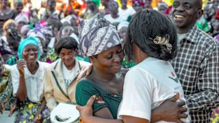 Frauen feiern ihren Abschluss nach dem einjährigen Ausbildungsprogramm von Women for Women International in Mumosho, Demokratische Republik Kongo (DRK). Foto: Ryan Carter