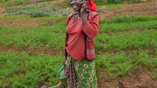 Miragire, eine Teilnehmerin aus Ruanda, ist selbst während der Arbeit erreichbar. Foto: Alison Wright