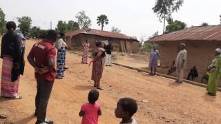 Pankshin, Nigeria; Change Agents lehren Dorfbewohner*innen Schutzmaßnahmen vor COVID-19